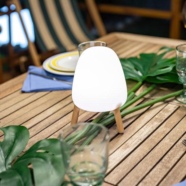 Comprar lámparas solares para iluminar mesas al aire libre.
